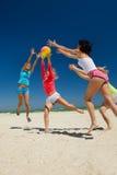 Filles joyeuses jouant au volleyball Photo libre de droits