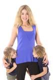 Filles jumelles avec la mère regardant l'un l'autre Images stock