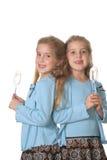 Filles jumelles faisant la verticale cuire au four photo libre de droits