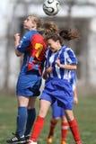 Filles luttant pour la boule pendant le jeu de football Photo stock