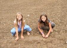 Filles méchantes jouant dans la boue Images stock