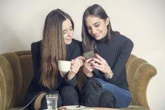 Filles magnifiques dans un café Photo libre de droits