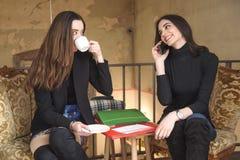 Filles magnifiques dans un café Image stock