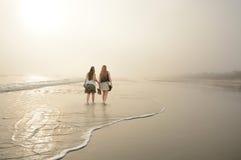 Filles marchant, appréciant le temps ensemble sur la plage Photographie stock libre de droits