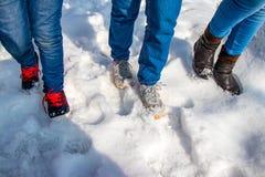 Filles marchant dans la neige photo stock
