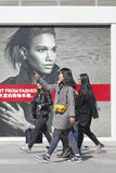 Filles marchant dans la zone d'atelier avec des panneaux d'affichage de mode, Pékin, Chine Photographie stock libre de droits