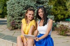 Filles mignonnes avec la tablette Photo libre de droits