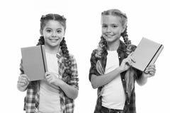 Filles mignonnes d'enfants juger des blocs-notes ou des journaux intimes d'isolement sur le fond blanc Secrets de note vers le ba photos libres de droits
