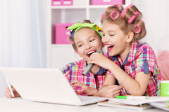 Filles mignonnes de tweenie avec l'ordinateur portable Photographie stock