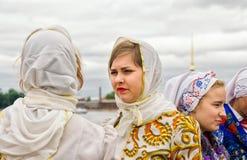 Filles mignonnes les participants de la boule du festival de nationalités Images stock