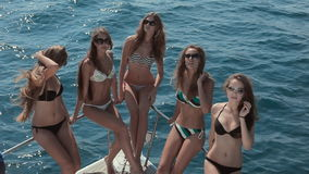 Filles minces dans le bikini se reposant sur la poupe de clips vidéos