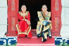 Filles mongoles habillées traditionnelles devant une tente, Zhangjiakou, Chine Image stock