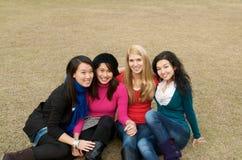 Filles multiculturelles dans l'université Photo libre de droits