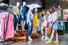 Filles multiculturelles de hippie avec des paniers dans le centre commercial Images libres de droits