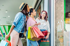 Filles multiculturelles de hippie avec des paniers dans le centre commercial Photos stock