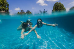 Filles nageant sous l'eau Photo stock
