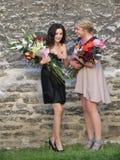 Filles non identifiées avec des bouquets de fleur Photographie stock libre de droits