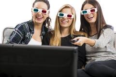 Filles observant les films 3D Photos stock