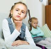 Filles offensées s'asseyant à part à la maison Photo stock