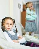 Filles offensées s'asseyant à part à la maison Image libre de droits