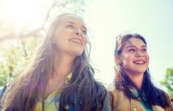 Filles ou amis adolescents heureux d'étudiant dehors Photos libres de droits
