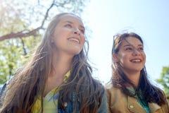 Filles ou amis adolescents heureux d'étudiant dehors Images libres de droits