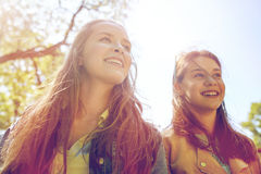 Filles ou amis adolescents heureux d'étudiant dehors Image stock