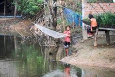 Filles pêchant au village de l'interdiction Kong Lo Images stock