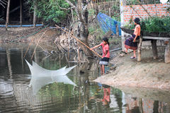 Filles pêchant au village de l'interdiction Kong Lo Photo stock