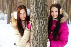 Filles par l'arbre Image stock