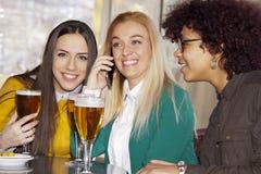 Filles parlant au téléphone Photo stock