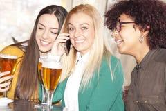 Filles parlant au téléphone Images stock