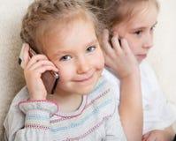 Filles parlant sur le téléphone portable Image libre de droits