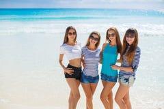 Filles parmi une plage tropicale Photos stock