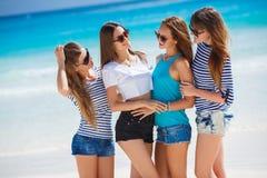Filles parmi une plage tropicale Photo stock