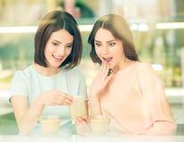 Filles partageant des secrets Image stock