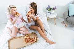 filles passant le temps ensemble et mangeant de la pizza Photos stock