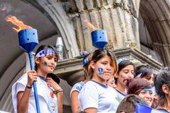 Filles patriotes avec des torches, Jour de la Déclaration d'Indépendance, Antigua, Guatema Photo libre de droits