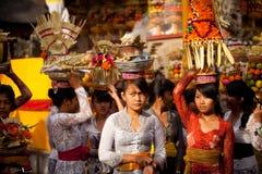 Filles pendant le rituel exécuté de Melasti sur Bali Photos stock