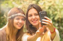 Filles posant dehors pour le selfie Photo stock