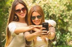 Filles posant dehors pour le selfie Image libre de droits