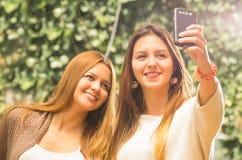 Filles posant dehors pour le selfie Photographie stock