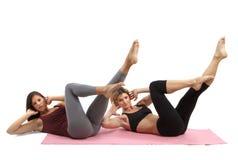 Filles pratiquant des pilates Image libre de droits