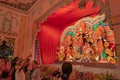 Filles prenant des selfies de lui-même chez Durga Puja Pandal, Kolkata, le Bengale-Occidental, Inde images stock