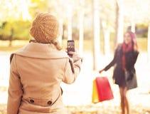 Filles prenant des selfies en parc d'automne Photos stock