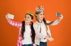 Filles prenant la caméra de smartphone de photo de selfie Concept corrompu d'enfants Princesse égocentrique Les enfants utilisent images libres de droits
