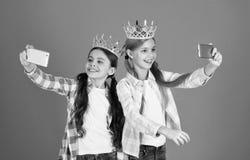 Filles prenant la cam?ra de smartphone de photo de selfie Concept corrompu d'enfants Princesse ?gocentrique Les enfants utilisent image stock