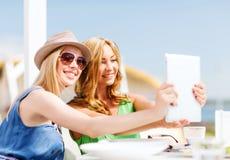 Filles prenant la photo en café sur la plage Photos libres de droits