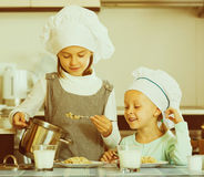 Filles prenant le petit déjeuner avec le gruau Photo stock