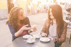 Filles prenant le petit déjeuner italien Photographie stock libre de droits